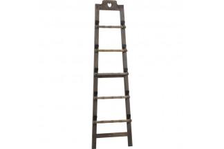 Escalera de madera teñida